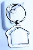Fechamento e chave com figura da casa do metal Fotografia de Stock Royalty Free