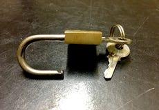 Fechamento e chave no fundo preto fotografia de stock