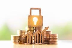 Fechamento e pilha de madeira de moedas no conceito das economias e do crescimento do dinheiro ou das economias da energia imagem de stock royalty free