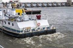 Fechamento e represa no rio Mississípi, reboque-barco Imagens de Stock