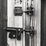 Fechamento e trava em uma porta de madeira Fotos de Stock Royalty Free