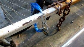 Fechamento exterior da segurança que obstrui a roda de bicicleta Fotografia de Stock Royalty Free