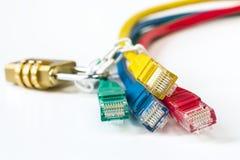 Fechamento fixado da rede cabos coloridos com corrente Fotografia de Stock Royalty Free