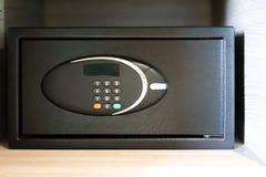 Fechamento na caixa segura moderna do metal da segurança imagens de stock royalty free