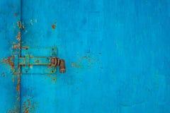 Fechamento na porta velha azul do ferro imagens de stock