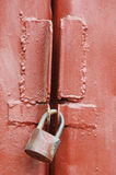 Fechamento oxidado na porta da garagem fotografia de stock