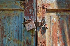Fechamento oxidado na porta de madeira velha fotos de stock royalty free
