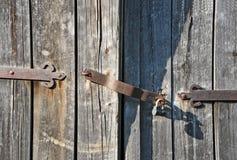 Fechamento oxidado na porta de madeira velha foto de stock
