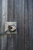 fechamento oxidado na porta de madeira velha Fotografia de Stock Royalty Free