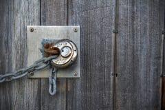 fechamento oxidado na porta de madeira velha Imagens de Stock Royalty Free