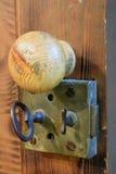Fechamento velho e botão de porta de madeira imagem de stock