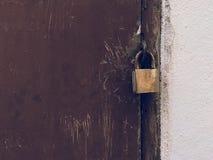 Fechamento velho na porta, fim acima Fotografia de Stock