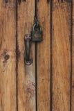 Fechamento velho na porta trave na porta de uma casa da quinta velha estilo verdadeiro da vila Close-up foco no fechamento Imagem de Stock Royalty Free