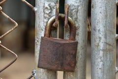 Fechamento velho oxidado trave a cerca Foto de Stock Royalty Free