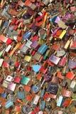 Fechamentos coloridos do amor na ponte de Makartsteg sobre o rio de Salzach, Salzburg, ?ustria imagens de stock