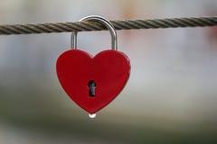 Fechamentos coloridos que penduram na ponte para o amor Imagens de Stock Royalty Free