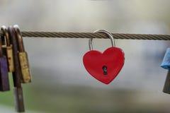Fechamentos coloridos que penduram na ponte para o amor Imagens de Stock