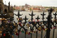 Fechamentos do amor de Praga, Charles Bridge Imagem de Stock