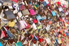 Fechamentos do amor em uma ponte fotografia de stock royalty free