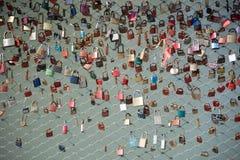 Fechamentos do amor na cerca da ponte imagem de stock royalty free