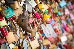 Fechamentos do amor na ponte Fotos de Stock Royalty Free