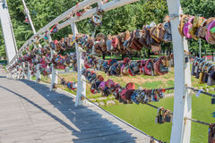 Fechamentos do casamento na ponte (seta Kharkov e Lopan) Fotos de Stock Royalty Free