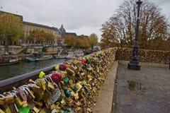 Fechamentos dos amantes na ponte de Pont Nuef imagens de stock