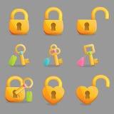 Fechamentos dourados e chaves com encantos Fotografia de Stock Royalty Free