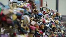 Fechamentos em uma ponte, cadeado do amor dos amantes que penduram uma quantidade enorme video estoque