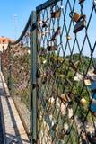 Fechamentos em uma ponte em um fundo do mar azul e em um símbolo do amor eterno fotos de stock