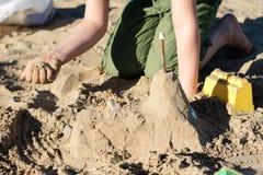 Fechamentos na areia Divertimento na areia na praia em um dia ensolarado Imagem de Stock