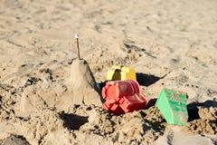 Fechamentos na areia Divertimento na areia na praia em um dia ensolarado Imagens de Stock