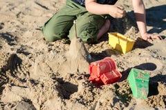 Fechamentos na areia Divertimento na areia na praia em um dia ensolarado Foto de Stock