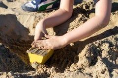 Fechamentos na areia Divertimento na areia na praia em um dia ensolarado Imagens de Stock Royalty Free