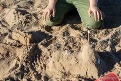 Fechamentos na areia Divertimento na areia na praia em um dia ensolarado Fotografia de Stock Royalty Free