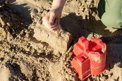 Fechamentos na areia Divertimento na areia na praia em um dia ensolarado Fotos de Stock Royalty Free