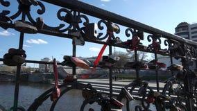 Fechamentos na cerca da ponte, como um símbolo do amor e de sentimentos mútuos dos recém-casados Feche acima dos fechamentos no filme
