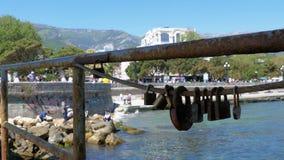 Fechamentos oxidados em uma cerca no fundo da terraplenagem de Yalta video estoque