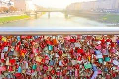 Fechamentos prendidos Closed do casamento do metal prendidos na ponte dentro do tou imagens de stock