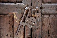 Fechamentos velhos em uma porta de madeira antiga Fotos de Stock Royalty Free