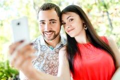 Fechando los pares jovenes felices en el amor que toma el selfie Imágenes de archivo libres de regalías