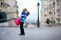Fechando pares en Montmartre, la muchacha está saltando Imagen de archivo libre de regalías