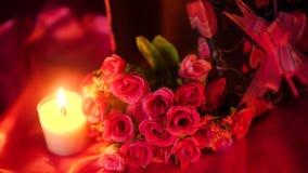 Fechar día de San Valentín con cantidad ardiendo de la decoración del ramo y de la vela
