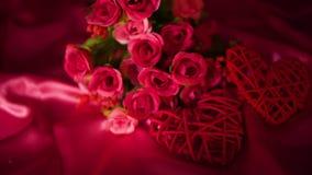 Fechar día de San Valentín con cantidad de la decoración del ramo de la flor