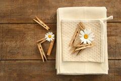 Fechar-pinos e toalhas de prato na tabela velha fotografia de stock