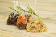 Fechas, albaricoques secados, pasas, pasas en fondo de madera Frutas secadas para el regalo foto de archivo libre de regalías