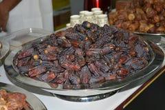 Fechas deliciosas en venta en mercado Foto de archivo