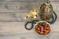 Fechas, linterna árabe y rosario Eid Mubarak fotos de archivo