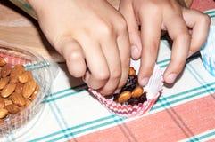 Fechas y la mano del niño Fotografía de archivo libre de regalías