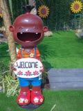 feche acima, bonecas felizes para a decoração do jardim têm a boa vinda do cumprimento imagem de stock